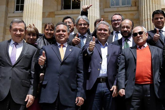 Bancada del Centro Democrático le pide a Uribe que no renuncie al Senado –  Chicanoticias.com