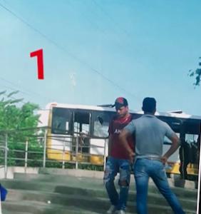 Aquí se ve que la buseta no ha sido encedida aún. Al fondo, cerca a la buseta, está el encapuchado con uniforme de guardia de seguridad y Jairo Varilla es el de gorra negra con rojo que camina de frente, lejos de la buseta.